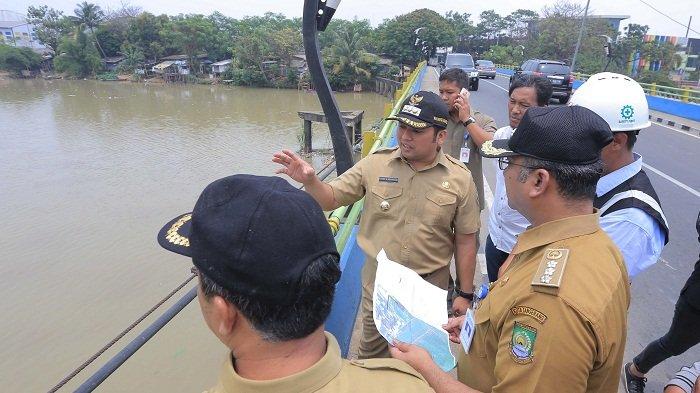 Wali Kota Tangerang Arief Wismansyah meninjau ke lokasi pembangunan rumah pompa di bantaran Sungai Cisadane tepatnya di Jalan Teuku Umar, Rabu (17/10/2018).