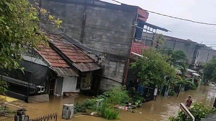 Perumahan Villa Mutiara Wanasari, RW 034 Kelurahan Wanasari, Kecamatan Cibitung, Kabupaten Bekasi terendam banjir setinggi mencapai satu meter, pada Jumat (19/2/2021)