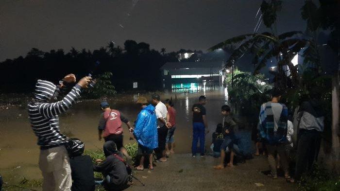 Banjir di Depok Tutup Akses Jalan, Warga Kampung Bulak Barat Cipayung Mancing Ikan
