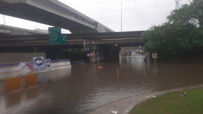 Genangan 60-80 cm di Jalan Kalimalang kolong Tol JORR Kota Bintang, Bekasi Barat, Kota Bekasi, Minggu (24/1/2021). Genangan ini disebabkan karena hujan sepanjang pagi Minggu ini.
