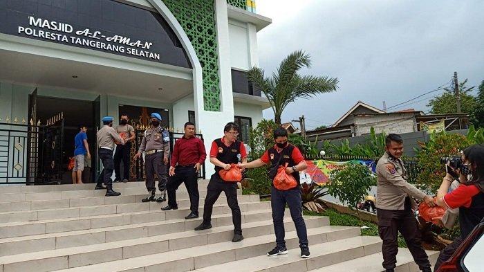 VIDEO: LQ Indonesia dan Master Trust Law Firm Beri 400 Paket Sembako ke Warga Terdampak Corona