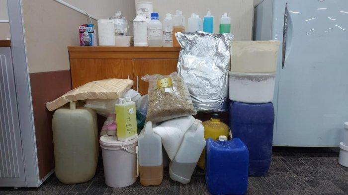 Barang bukti dari pabrik kosmetik ilegal yang disita mabes polri.
