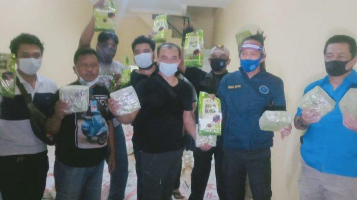 Anggota BNN menunjukkan barang bukti ratusan kilogram sabu dalam sebuah gudang di Jalan Prabu Siliwangi, Kelurahan Uwung Jaya, Kecamatan Cibodas, Kota Tangerang pada Selasa (28/7/2020).