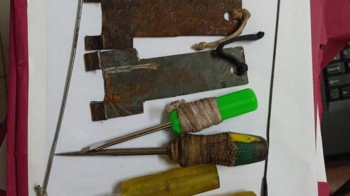 Barang bukti alat-alat yang digunakan 3 tersangka pembobol ATM di Cipayung, Jakarta Timur.