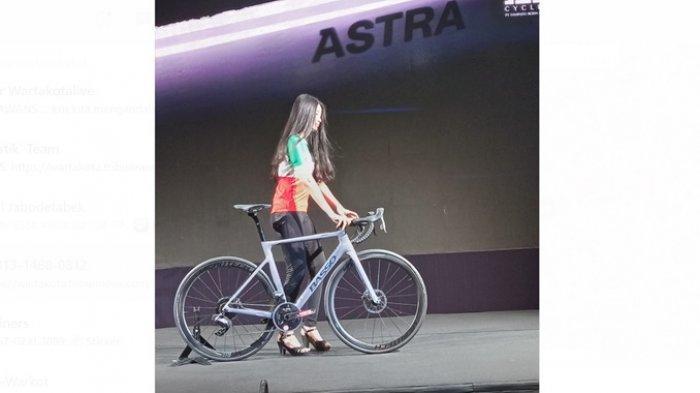 Seorang model membawakan salah satu koleksi Sepeda Basso yang dibawa FRG ke Indonesia, yaitu varian Astra.