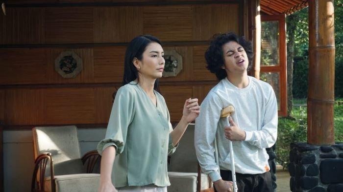 ANTV mulai memutarkan serial Butir Butir Pasir di Laut yang dibintangi Bastian Steel dan Tyas Mirasih. Serial Butir Butir Pasir di Laut mulai tayang di ANTV mulai Rabu (7/7/2021) mulai pukul 19.30 WIB.