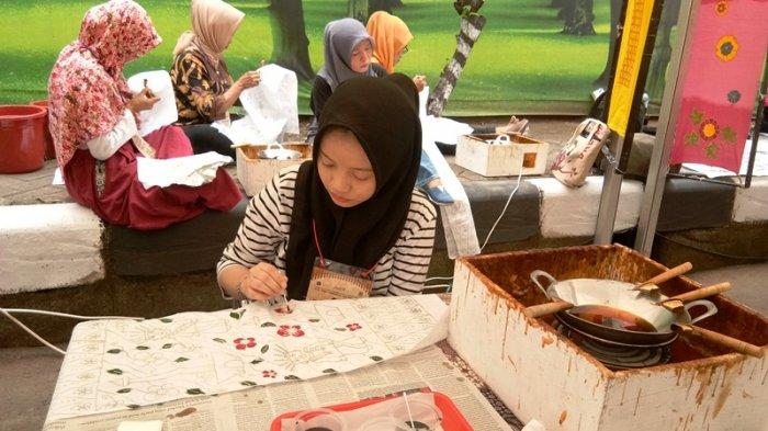 Asyiknya Membuat Batik Betawi di Festival Palbatu