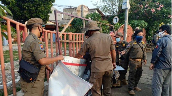 Bawaslu dan Satpol PP Kota Depok tertibkan alat peraga sosialisasi Pilkada 2020, Jumat (25/9/2020)