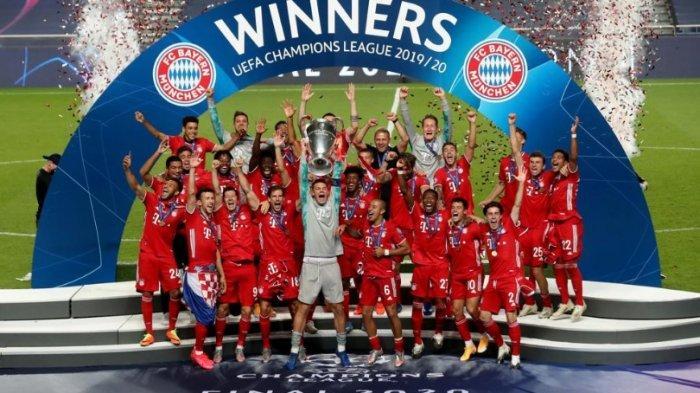 Para pemain Bayern Muenchen angkat tropi Liga Champions sebagai juara di musim 2020 ini. Muenchen kalahkan PSG 1-0. Bayern juara bertahan