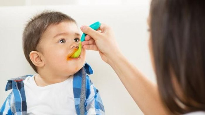 Alasan Tidak Langsung Memberikan Nasi pada Bayi, Berikan Makanan secara Bertahap