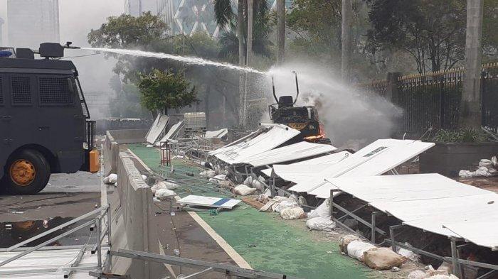 Eskavator Proyek MRT Fase 2 Dibakar Pendemo, kini Pelayanan di 7 Stasiun Ditutup