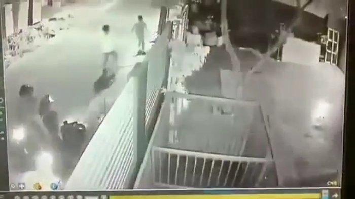 Aksi Komplotan Begal Sepeda Motor di Jalan Kampung Sawah Bekasi Terekam CCTV