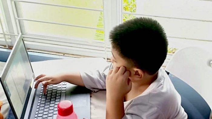 Ilustras -- Belajar dari rumah secara online baik dari guru di sekolah maupun dari tayangan di TVRI