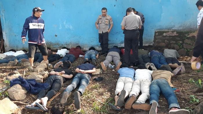 Belasan Remaja Tanggung Dicokok di Tangsel, Ditemukan Berbagai Jenis Senjata