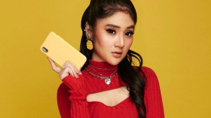 Penyanyi Bella Nova mengenalkan single baru yang berjudul Main Handphone ciptaan Wahyu WHL, Jumat (25/9/2020).