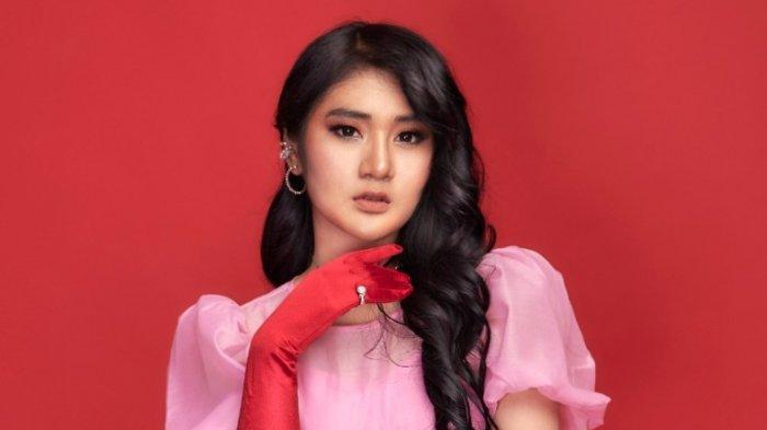 Langsung Jatuh Cinta Saat Pertama Kali Mendengar Lagunya, Bella Nova Nyanyikan 'Main Handphone'