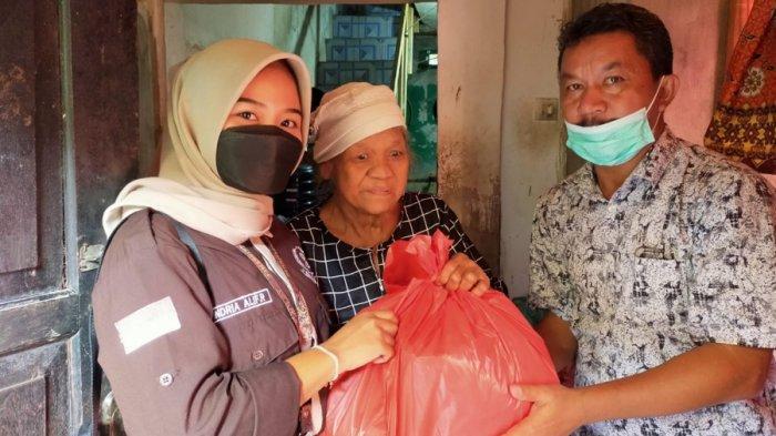 Badan Eksekutif Mahasiswa Fakultas Ekonomi Unis Tangerang memberikan bantuan sembako untuk warga yang kurang mampu di wilayah Kota Tangerang bersama mahasiswa Fakultas Ekonomi dalam rangka kegiatan Latihan Dasar kepemimpinan Mahasiswa ( LDKM ), Kota Tangerang, Minggu (5/9/2021).