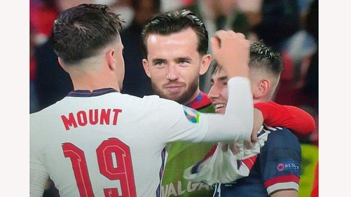 Tiga rekan setim di Chelsea FC, Ben Chilwell dan Mason Mount yang bermain untuk timnas Inggris berhubungan kontak fisik dengan Billy Gilmour timnas Skotlandia yang positif Covid-19