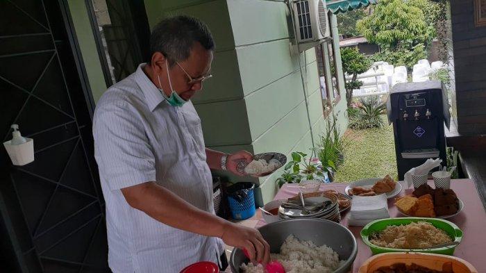 Benyamin Davnie sarapan nasi uduk semur jengkol sebelum pencoblosan.