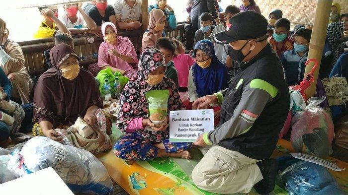 Tim Respon Cepat IZI menyalurkan paket bantuan kepada korban banjir bandang dan longsor Garut. Aksi TRC IZI ini mendapat apresiasi dari Wakil Gubernur Jawa Barat, UU Ruzhanul Ulum