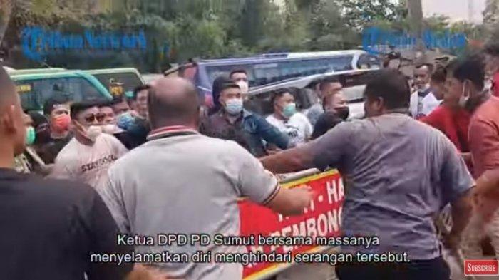 Bentrok Horisiontal massa pro dan pendukung KLB Partai Demokrat tak terhindarkan. Kabarnya massa pro Moeldoko berhasil memukul mundur massa pendukung Agus Harimurti Yudhoyono (AHY).