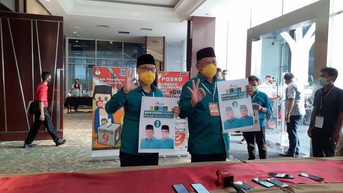 Pasangan calon (paslon) Kandidat Pilkada Tangsel, Benyamin Davnie dan Pilar Saga Ichsan memamerkan nomor urut 3 miliknya.