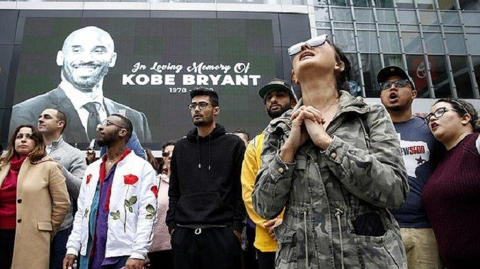 Ratusan Pelayat Berdoa dan Letakkan Bunga untuk Kobe Bryant di Staples Center