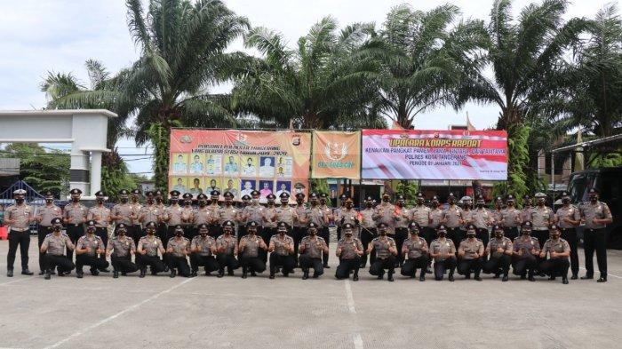Kapolresta Tangerang Kombes Pol Ade Ary Syam Indradi mengingatkan para personelnya yang naik pangkat untuk bersyukur dengan implementasi peningkatan kinerja saat memimpin Upacara Korps Rapor Kenaikan Pangkat dan Pemberian untuk personel Polresta Tangerang di Lapangan Upacara Polresta Tangerang, Senin (4/1/2021).