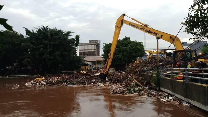BERITA FOTO: Ribuan Kubik Sampah Tersangkut di Kampung Melayu