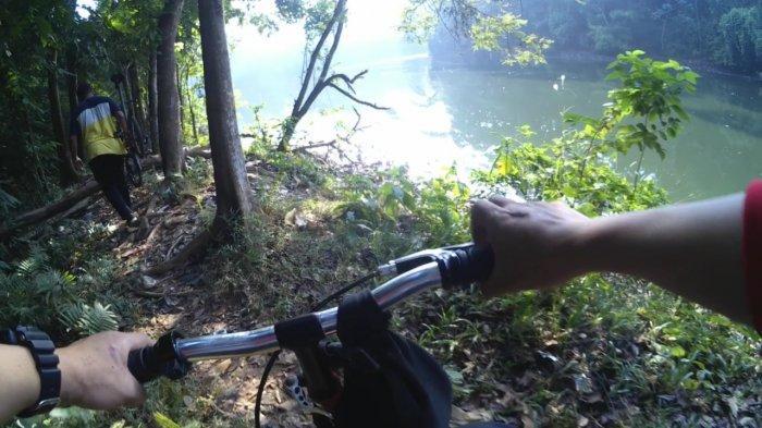 VIDEO: Bersepeda Menjajal Sepotong Jalur Hutan UI yang Banyak Sampah & Pohon Tumbang