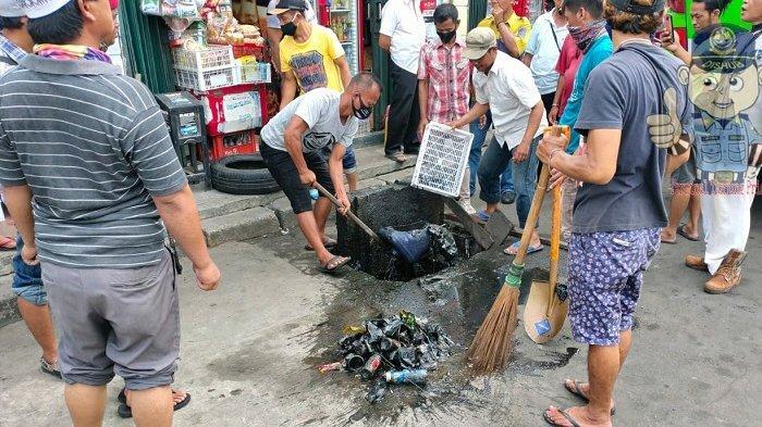 Antisipasi Genangan Air, Pelaku UMKM Hingga Awak Bus Bersihkan Saluran Air di Terminal Tanjung Priok
