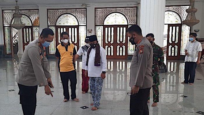 Menjelang puasa Ramadan, Forum Komunikasi Pimpinan Daerah (Forkopimda) Kabupaten Bekasi, Jawa Barat melakukan aksi bersih-bersih masjid, pada Jumat (9/4/2021).