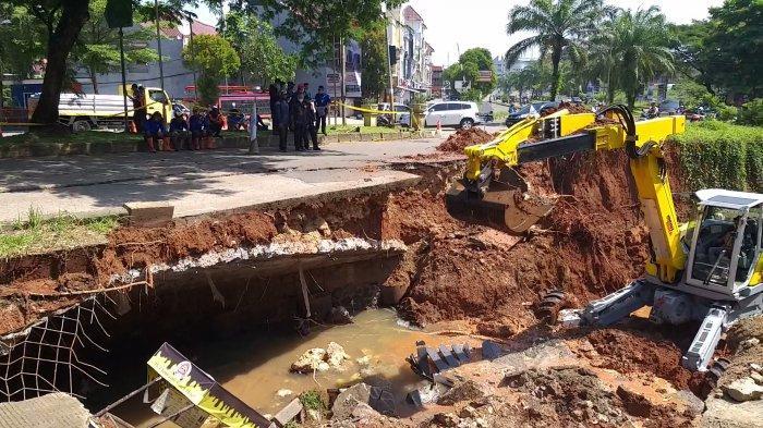 Jalan GDC Depok Amblas Gerobak Makanan Jadi Korban, DPUPR Kota Depok: Wajar Jembatan Sudah Tua