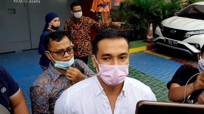 Bibi Ardiansyah setelah menemani Vanessa Angel, istrinya, yang mulai menjalani sisa hukuman 48 hari di Lapas Pondok Bambu, Duren Sawit, Jakarta Timur, Rabu (18/11/2020) siang.