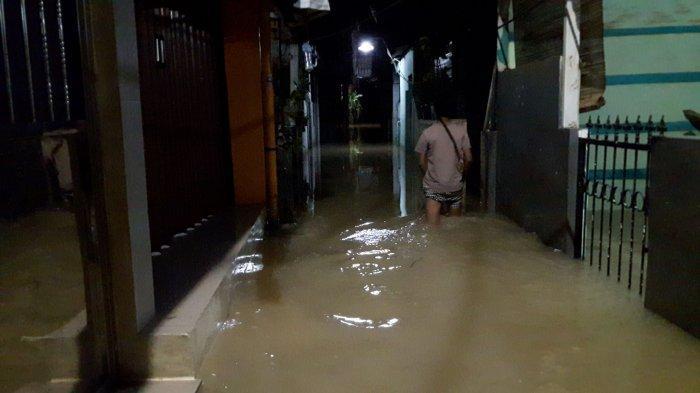 Bertahan di Rumah yang Terendam Banjir, Warga Bidara Cina Sudah Seminggu Isolasi Mandiri
