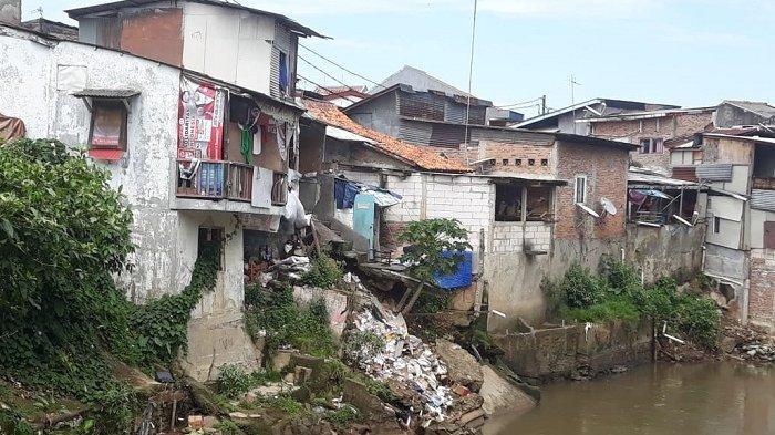 Dua Rumah di Pinggir Sungai Ciliwung Bidaracina Longsor