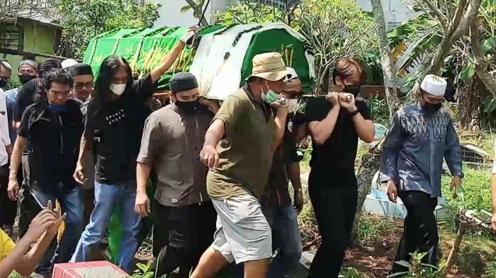 Jenazah Sapri Pantun Dimakamkan, Billy Syahputra Ikut Bawa Keranda hingga Turun ke Liang Lahat