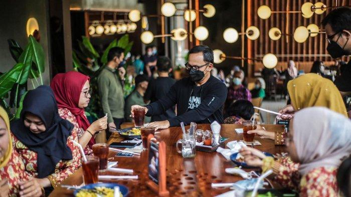 Hari Perawat Nasional, Bima Arya Traktir 3.130 Perawat Kota Bogor  Makan, Belanja, dan Jadi Pelayan