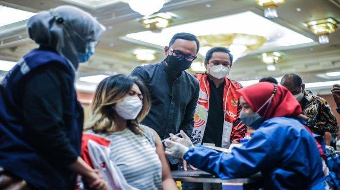 Wali Kota Bogor Bima Arya meninjau vaksinasi Covid-19 atlet, insan olahraga, dan 247 wartawan serta karyawan media di Ballroom Puri Begawan.