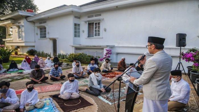 Wali Kota Bogor, Bima Arya, melaksanakan salat Idul Fitri 2021 dengan protokol kesehatan.