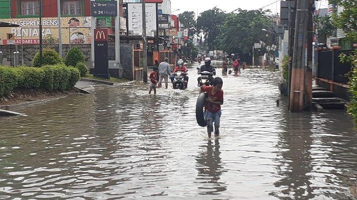 BREAKING NEWS: Terendam Banjir, Akses Jalan Bintara Bekasi Masih Terputus