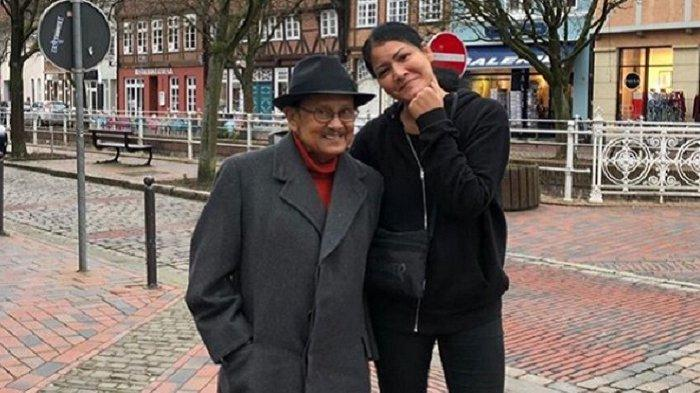 Melanie Subono bersama almarhum BJ Habibie, kakeknya.