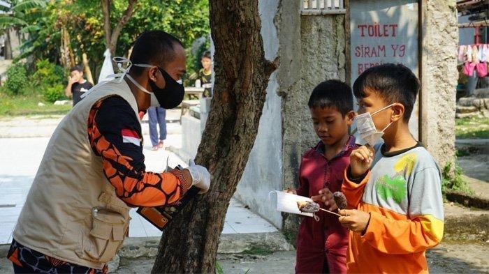 Relawan Satgas COVID-19 Bagikan 175.000 Masker Untuk Tekan Kasus Penularan Menuju Idul Adha