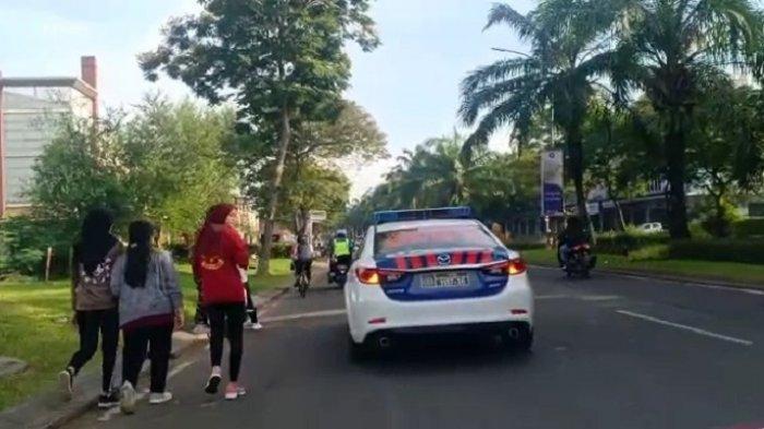 Personel Satuan Lalu Lintas Polres Metro Bekasi membubarkan warga yang tengah berolahraga di kawasan Grand Wisata, Tambun, Kabupaten Bekasi, Jawa Barat, pada Minggu (11/7/2021) pagi.