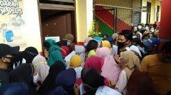 Ambil BLT di SDN Sukasari Kota Tangerang Seorang Penerima Bansos Was-was dan Bingung Lihat Kerumunan