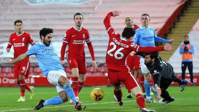 Perjuangan kiper Liverpool Alisson saat mempertahankan gawangnya dari gempuran para pemain Manchester City. Namun Blunder Alisson membuat City menang telak 4-1