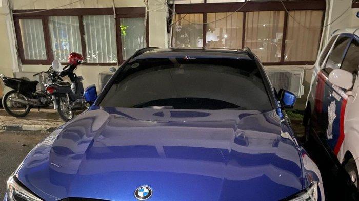 Tabrak Polantas, Pengendara BMW 320i Panik Mengira Ada Razia