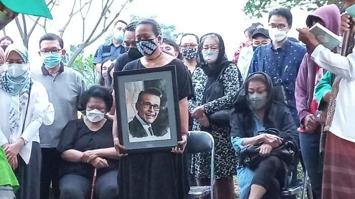Penyanyi Bonita terlihat membawa foto Koes Hendratmo, almarhum ayahnya, saat jenazah presenter dan penyanyi gaek itu dimakamkan di TPU Karet Bivak, Tanah Abang, Jakarta Pusat, Selasa (7/9/2021) sore. Koes Hendratmo meninggal dunia, Selasa pagi.