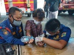 Anggota Polsek Kembangan Minta Bantuan Petugas Damkar untuk Melepaskan Borgol Pelaku Curanmor