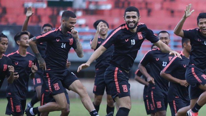 Para pemain Borneo FC Samarinda saat berlatih bersama sebelum klub diliburkan karena Liga 1 dihentikan